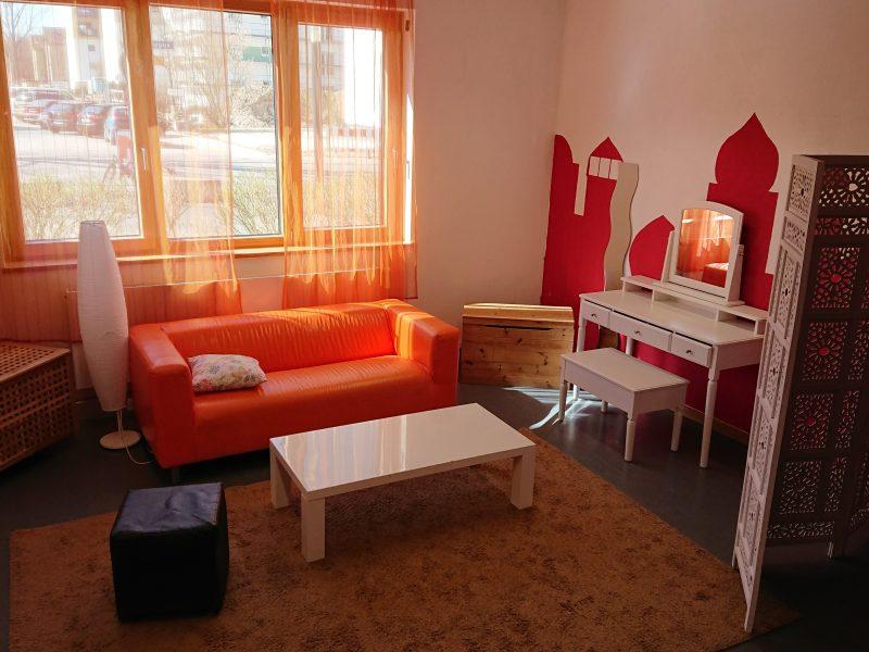 Mädchenzimmer mit Sitzgelegenheiten, Verkleidungskiste, Schminktisch